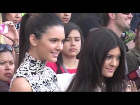 Kendall et Kylie Jenner disent avoir dû grandir vite
