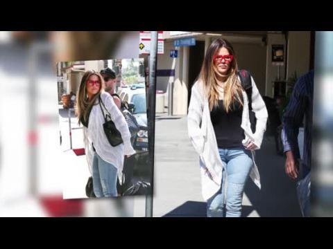 Khloe Kardashian porte des lunettes rouges en quittant la ville