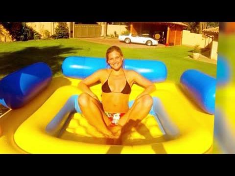 Bar Refaeli pose en bikini dans une piscine gonflable