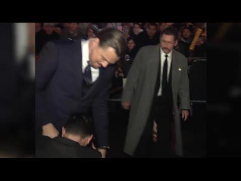 Un plaisantin entoure la taille de Leonardo DiCaprio sur le tapis rouge
