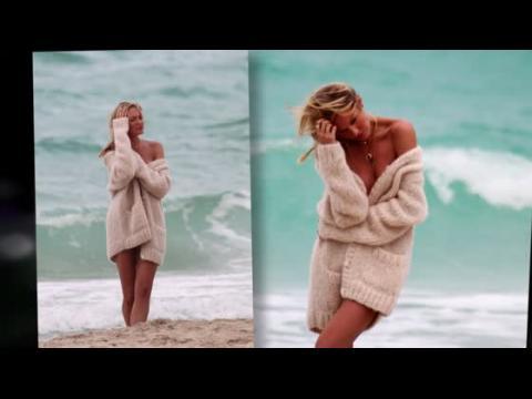 Candice Swanepoel fait monter la température à la plage en bikini