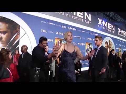 Jennifer Lawrence se prend les pieds à la première de X-Men : Days Of Future Past