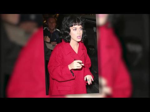 Katy Perry porte-t-elle un diamant à l'annulaire aux Elle Style Awards ?