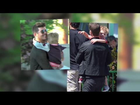 Robin Thicke emmène son fils Julian à un parc d'attraction
