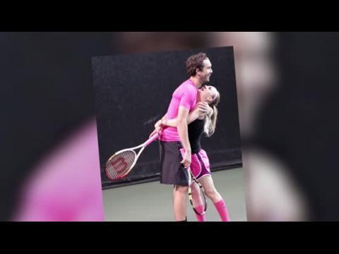 Kaley Cuoco dévoile son nouveau tatouage durant un match de tennis avec Ryan Sweeting