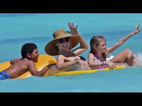 Heidi Klum en bikini aux Bahamas fait des vagues avec sa famille