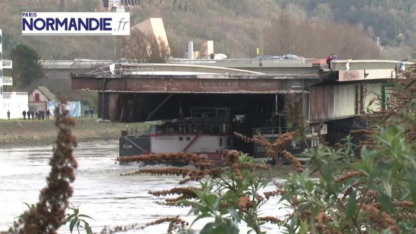 La travée du pont Mathilde à Rouen transportée par une barge de Seine