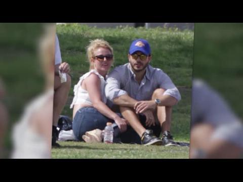 Britney Spears et Charlie Ebersol profitent d'une journée ensoleillée à un match de foot de Jayden