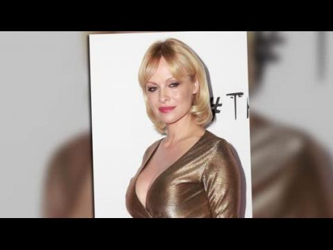 Pamela Anderson est pratiquement méconnaissable à la première de Gunman