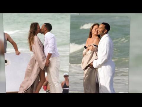 Chrissy Teigen et John Legend se déshabillent pour une séance photo à la plage