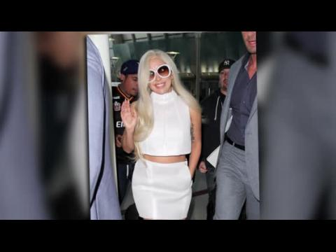 Lady Gaga cache sa bague de fiançailles à son atterrissage à Los Angeles