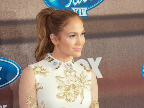 Exclu vidéo : Jennifer Lopez : sublime, entourée du jury et des finalistes American Idol 14 !
