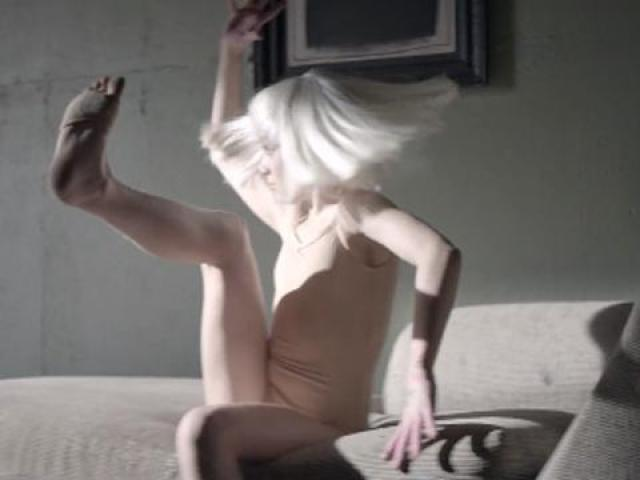 Clip sia chandelier vido et paroles de chanson photo clip chandelier mozeypictures Images