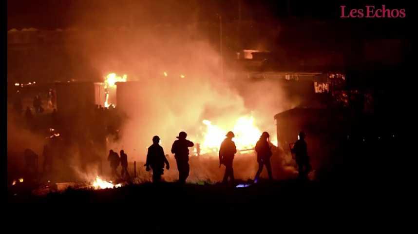 Illustration pour la vidéo Un incendie ravage le camp de migrants de Grande-Synthe