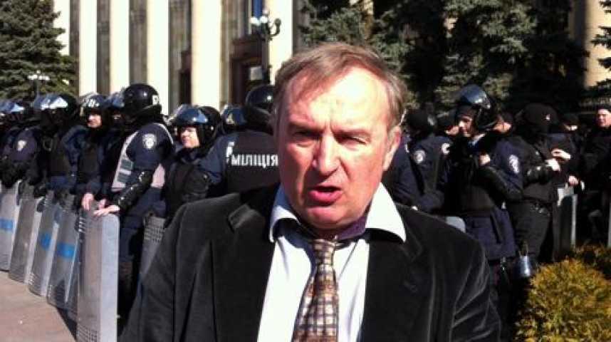 Illustration pour la vidéo Ukraine : devant le siège du gouvernement régional de Kharkiv