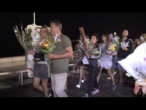 À Nice, une chaîne humaine déplace les marques d'hommage déposées sur la promenade des Anglais