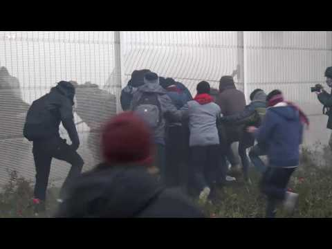 Calais sous haute tension : des migrants bloquent le port