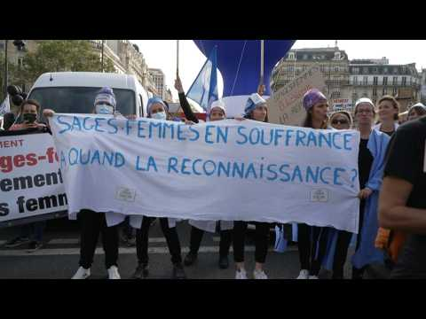 Midwives angry with 'lack of recognition' for work rally in Paris