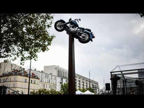 VIDEO : Une statue en hommage à Johnny Hallyday inaugurée devant l'Accor Arena à Paris