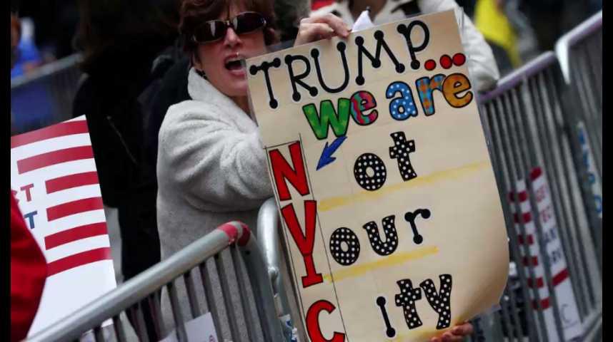 Illustration pour la vidéo Trump accueilli par des manifestants à son retour à New York