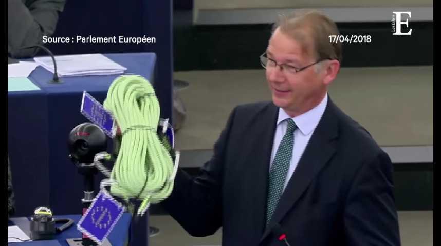 Illustration pour la vidéo Vifs échanges entre Emmanuel Macron et un eurodéputé belge... qui lui offre une corde