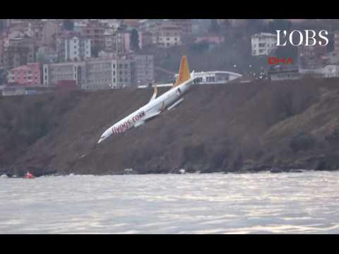 Un avion rate son atterrissage et termine sur une falaise en Turquie