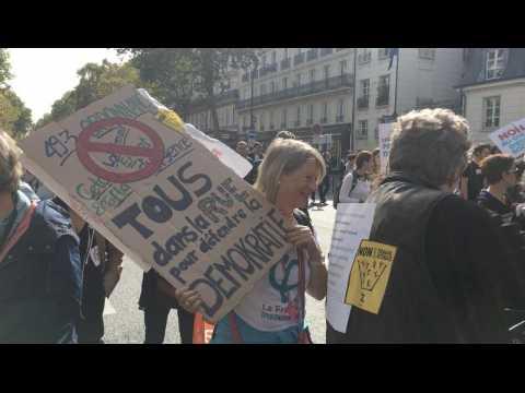 Hamon et Mélenchon côte à côte, Ruffin, le black bloc... : la manif des Insoumis en 2 minutes