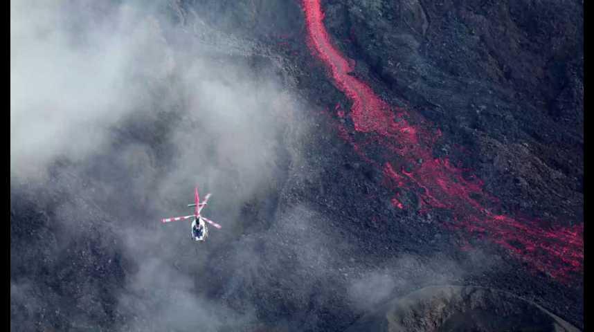 Illustration pour la vidéo La Réunion : un drone filme le piton de la Fournaise en éruption