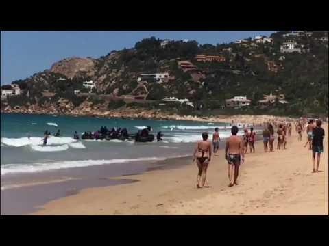 Des migrants débarquent sur une plage bondée de touristes en Andalousie