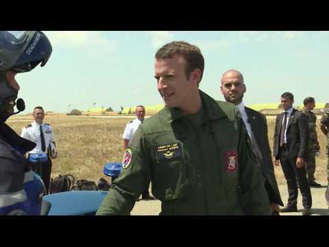 Emmanuel Macron enfile la tenue militaire