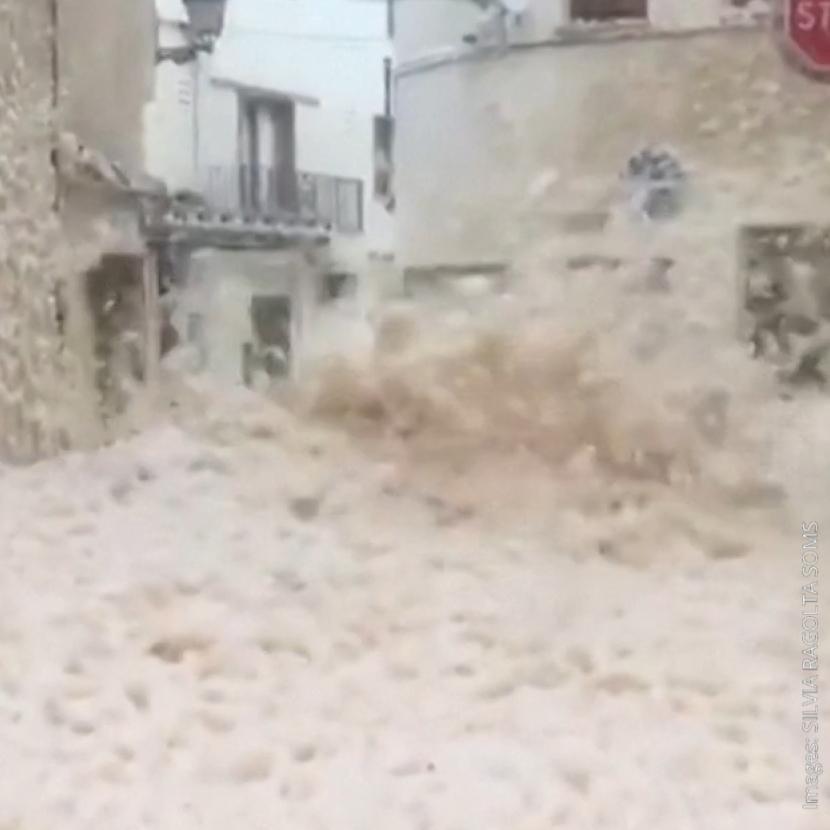 Tempête Gloria: Des rues envahies de mousse marine près de Barcelone