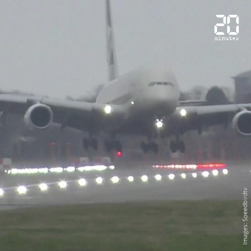 Tempête Dennis : un avion tangue avant d'atterrir de biais à l'aéroport de Londres