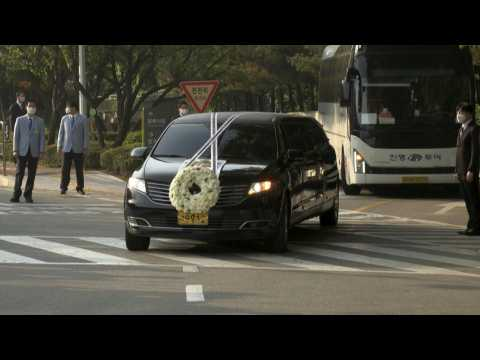 Hearse carries body of late Samsung chief Lee Kun-hee