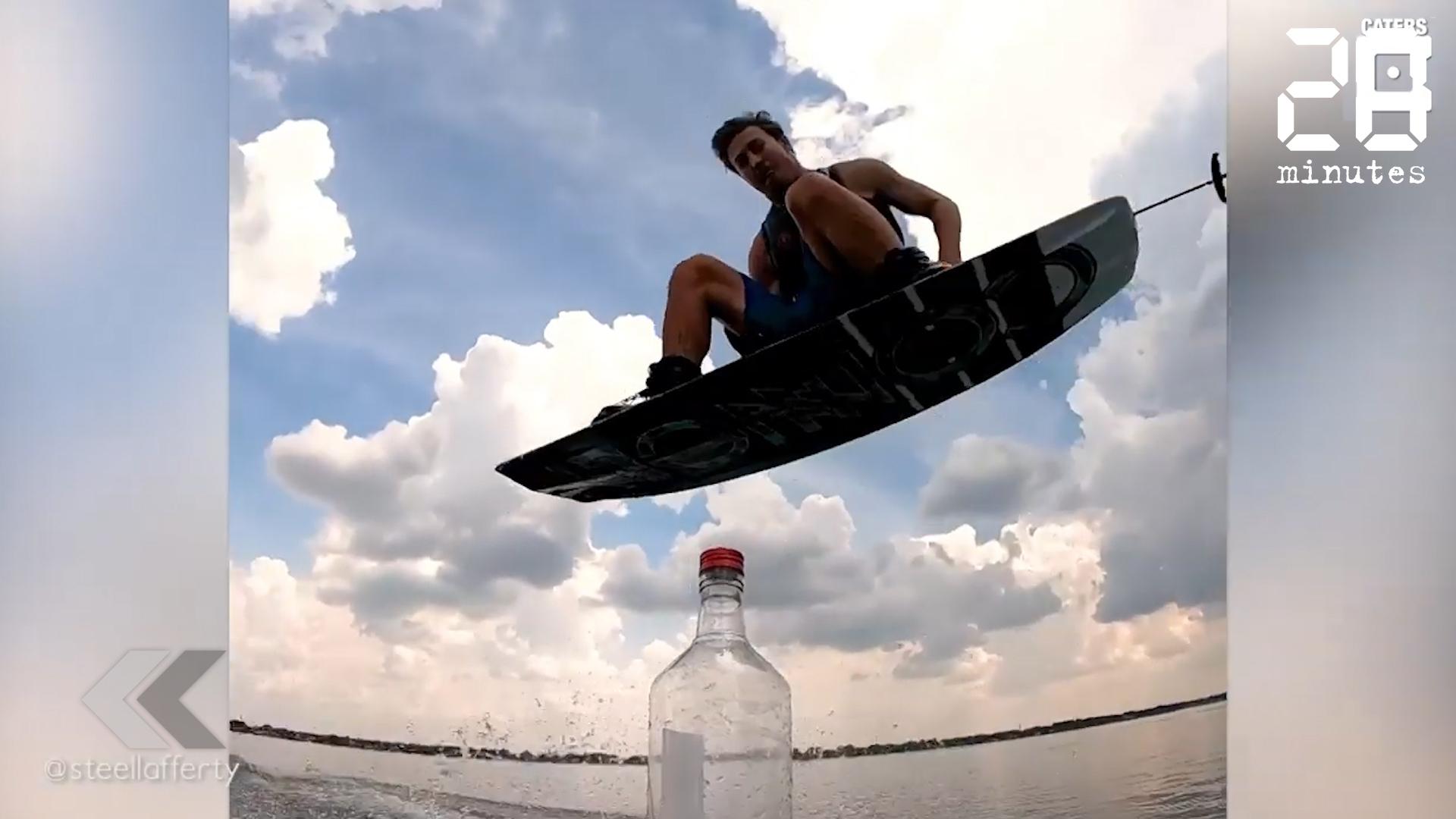 Le Rewind: Un bottle cap challenge avec une planche de surf