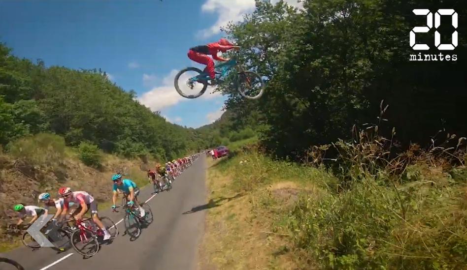 Le Rewind: Un vététiste saute au dessus du peloton du Tour de France