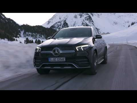 The new Mercedes-Benz GLE 350 de 4MATIC Coupé in Obsidian black Driving Video