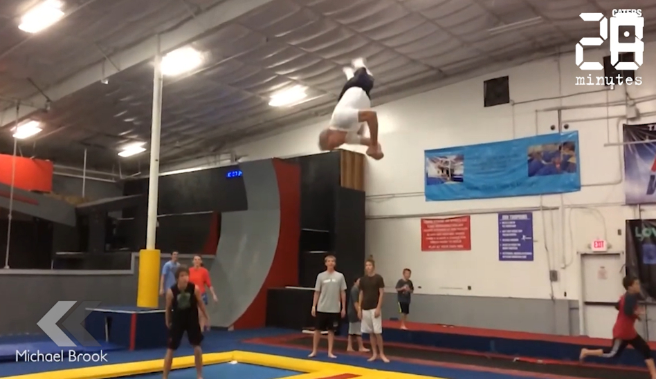 Le Rewind: A 66 ans, il réalise plusieurs saltos sur un trampoline