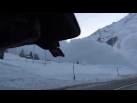 Voici ce que ça fait de se retrouver dans une voiture face à une énorme avalanche