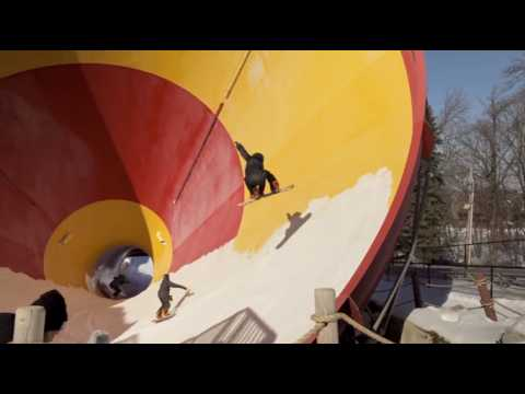 2 minutes de snowboarders à l'assaut d'un parc aquatique désaffecté