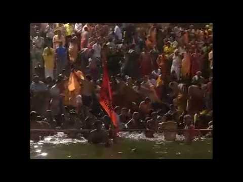 Thousands of Hindu holy men dip in Ujjanin river