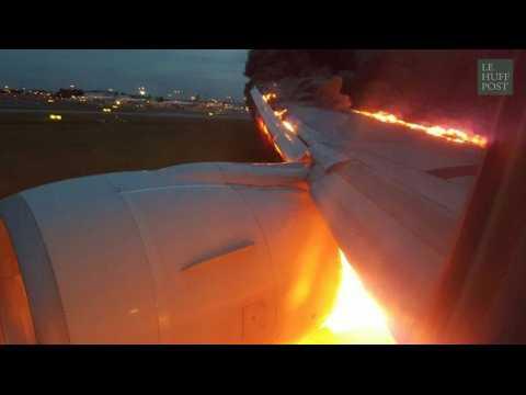 Un avion en flammes après un atterrissage d'urgence