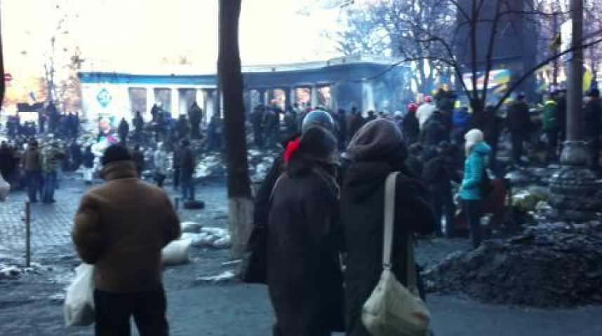 Illustration pour la vidéo Travelling de la barricade de la rue Grouchetskovo, là où ont eu lieu les combats les plus durs.