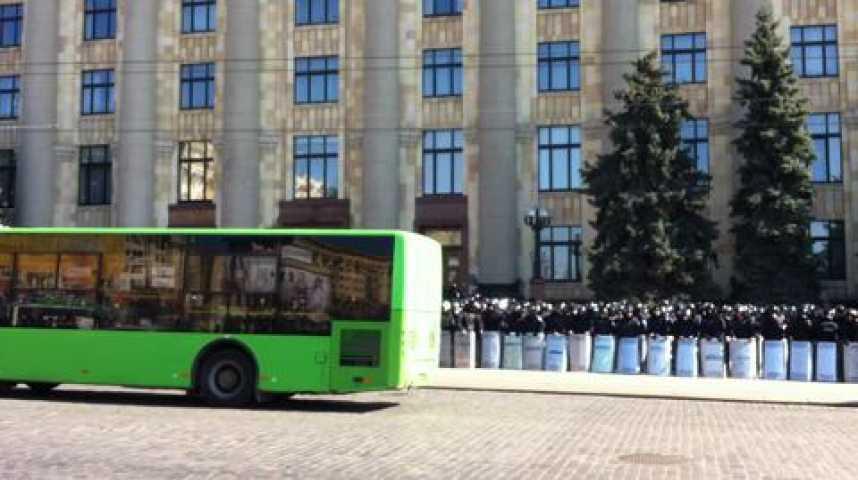 Illustration pour la vidéo Plan de coupe ; manif devant statute de Léine et siège du gouvernemnt à Kharkiv