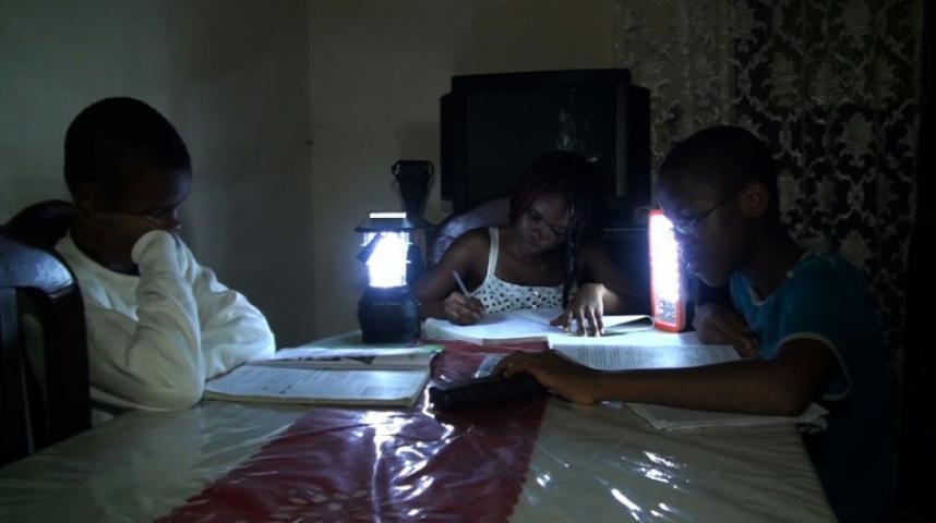 les lampes solaires illuminent le cameroun. Black Bedroom Furniture Sets. Home Design Ideas