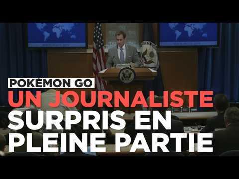 Un journaliste joue à Pokémon Go en pleine conférence de presse