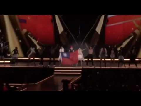 Madonna arbore le drapeau taïwanais sur scène
