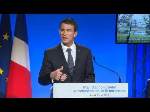 """Manuel Valls annonce la création d'un centre de déradicalisation """"dans chaque région"""" d'ici fin 2017"""