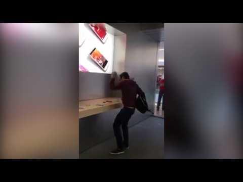 Il détruit des iPhone avec une boule de pétanque