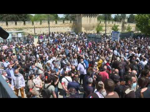 People pay tribute to police officer killed in Avignon