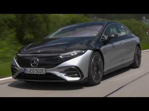 The new Mercedes-Benz EQS 580 4MATIC in Silver Black Driving Video